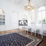 در این تصویر با ساده بودن دیگر لوازم خانه تمرکز اصلی روی فرش است و باعث جلب توجه بیشتر فرش میشود.