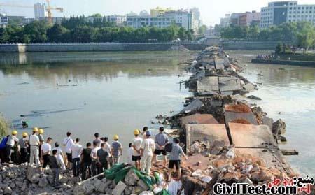 خرابه های باقی مانده از پل پس از تخریب