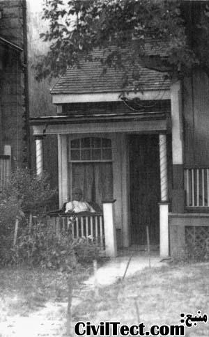 آرتور ویدن روبروی خانه اش در سال 1939
