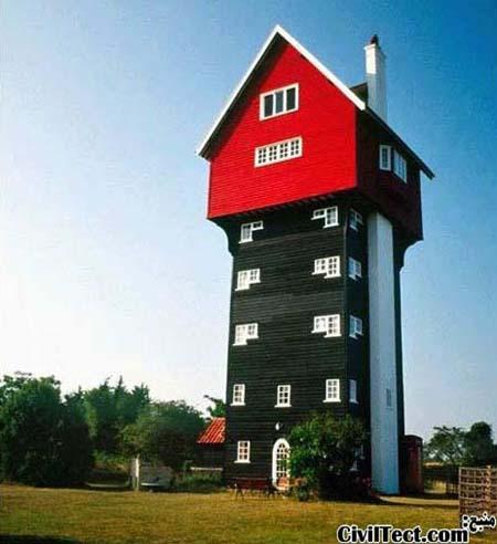 """این خانه که با نام """"خانه ای در ابرها"""" معروف است در واقع یک برج آبی ساخته شده در سال 1923 است که بعدها خانه ای در بالای آن اضافه شده است."""