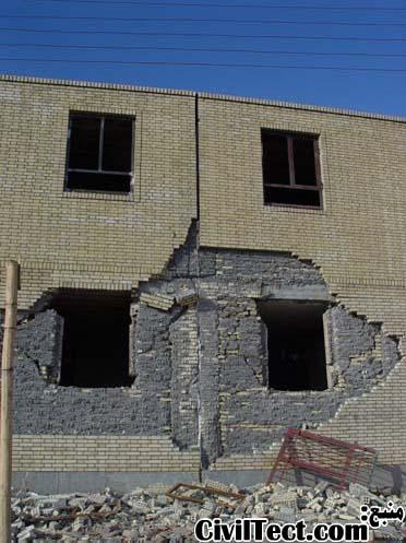 اتصال نامناسب نمای آجر سه سانتی زلزله بم