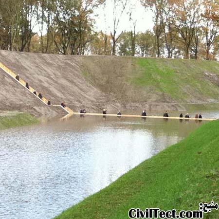 عکسهای پل جالب غرق شده - پلی که در پایین تر از تراز آب کنارش ساخته شده است.
