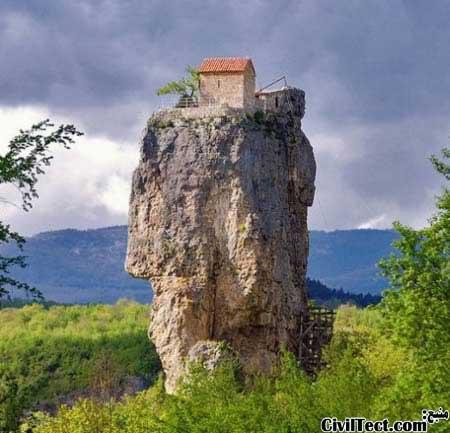 کلیسایی در گرجستان بر روی صخره