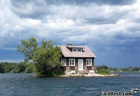 خانه ای تنها روی جزیره ای در رودخانه