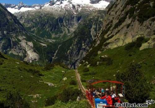 منظره زیبای کوه های سبز سوئیس