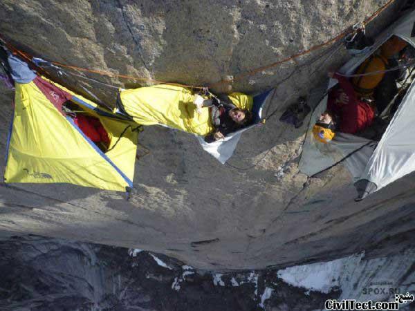 آویزان شدن از صخره عمودی