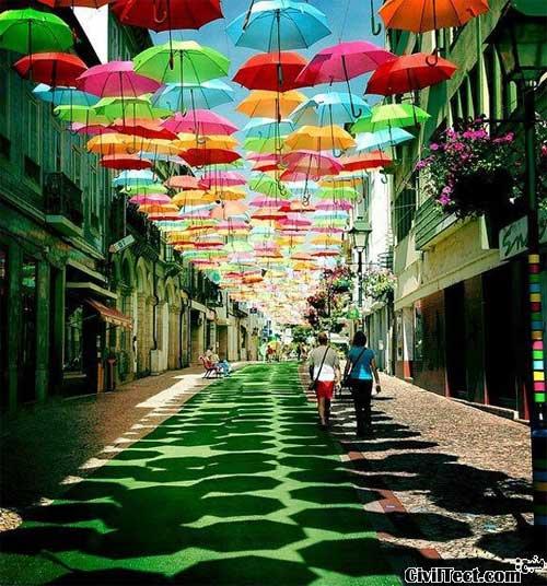 خیابانی با صدها چتر شناور!
