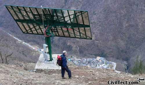 آینه قرار گرفته بر روی کوه کناری که نور خورشید را به روستا بازتاب میدهد