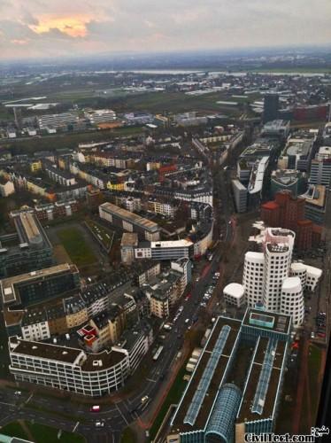 نمای شهر دوسلدورف از بالای برج Rheinturm