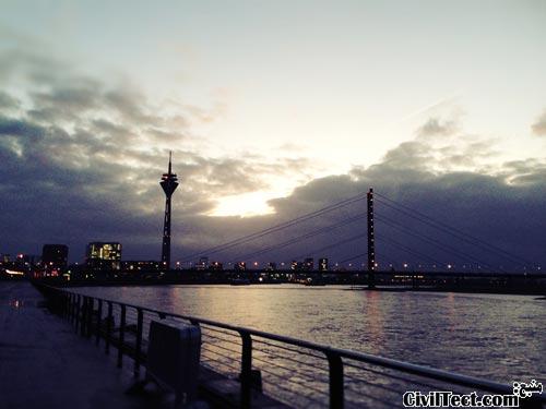 برج Rheinturm در شهر Düsseldorf آلمان