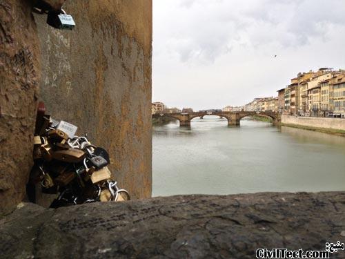 تصویری که از روی پل Ponte Vecchio گرفته شده و قفلهای وصل شده به آنرا نمایش میدهد.