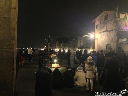 جمعی از مردم بر روی پل Ponte Vecchio در شب