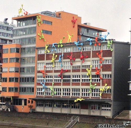 ساختمان تزئین شده با مجسمه ی آدمکهای رنگی Flossis در بندر دوسلدورف