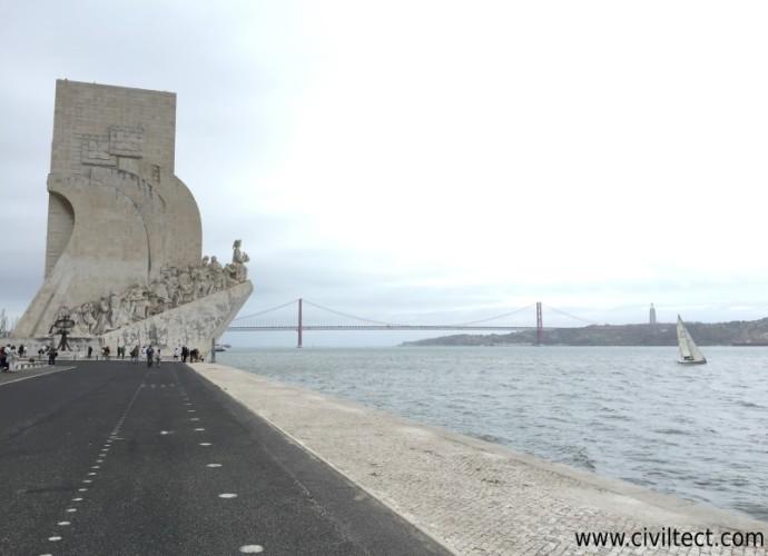 مجسمه یادبود دوران اکتشاف پرتغال (Padrão dos Descobrimentos) - پل 25 آوریل و مجسمه حضرت مسیح (در سمت راست تصویر) نیز میتواید مشاهده کنید.
