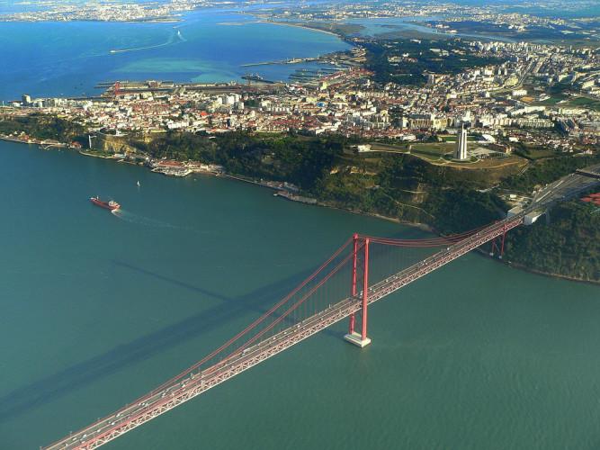 عکس هوایی از پل 25 آوریل لیسبون (این عکس اینترنتی بوده و توسط بنده گرفته نشده است!)