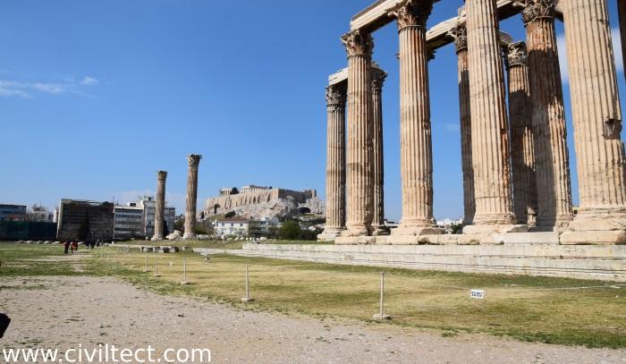 نمایی از آکروپولیس از لا به لای ستونهای معبد زئوس