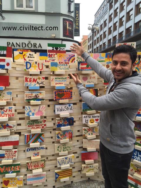 پرچم ایران در یکی از جاذبه های هنری مرکز شهر پراگ به منظور جمع آوری کمک برای کودکان دارای مریضی های خاص